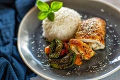 Обед и обедающий съешьте еду готовую к Крен цыпленка с рисом и овощами стоковые фото