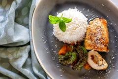Обед и обедающий съешьте еду готовую к Крен цыпленка с рисом и овощами стоковые фотографии rf