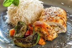 Обед и обедающий съешьте еду готовую к Крен цыпленка с рисом и овощами стоковое изображение