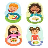Обед красивых детей наслаждаясь здоровый в столовой бесплатная иллюстрация