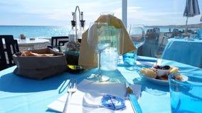 Обед на пляже славного города, французской ривьеры стоковые изображения rf