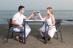 обед пар пляжа романтичный Стоковая Фотография RF
