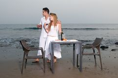 обед пар пляжа романтичный Стоковое фото RF