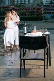 обед пар пляжа романтичный Стоковые Изображения