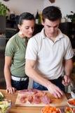 обед пар подготовляя детенышей стоковая фотография