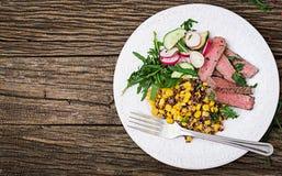 Обед шара с зажаренными стейком и квиноа говядины, мозолью, огурцом, редиской и arugula Стоковая Фотография