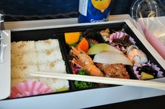 Обед японского стиля положенный в коробку стоковое фото
