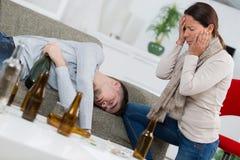 Обезумевшая мать находя сын прошла вне от спирта стоковая фотография