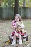 обезьяна девушки медведя маленькая outdoors toy Стоковая Фотография