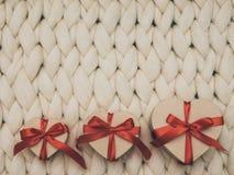 Обернутая винтажная подарочная коробка Принципиальная схема праздника Уютное compozition knit предпосылки Стоковые Фотографии RF