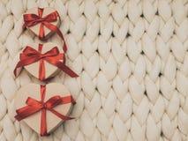 Обернутая винтажная подарочная коробка Принципиальная схема праздника Уютное compozition knit предпосылки Стоковое Фото