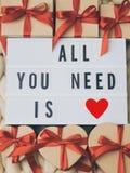 Обернутая винтажная подарочная коробка Принципиальная схема праздника Уютное compozition knit предпосылки Стоковое Изображение RF