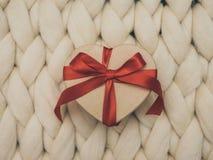 Обернутая винтажная подарочная коробка Принципиальная схема праздника Уютное compozition knit предпосылки Стоковые Изображения