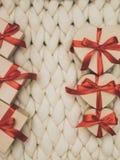 Обернутая винтажная подарочная коробка Принципиальная схема праздника Уютное compozition knit предпосылки Стоковые Фото