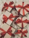 Обернутая винтажная подарочная коробка Принципиальная схема праздника Уютное compozition knit предпосылки Стоковое фото RF