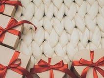 Обернутая винтажная подарочная коробка Принципиальная схема праздника Уютное compozition knit предпосылки Стоковая Фотография RF