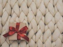 Обернутая винтажная подарочная коробка скопируйте космос Принципиальная схема праздника Одеяло шерстей Merino knit предпосылки Стоковые Фотографии RF