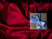 Обернутая винтажная подарочная коробка скопируйте космос Стоковое фото RF