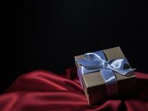 Обернутая винтажная подарочная коробка скопируйте космос Стоковые Фотографии RF