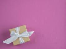 Обернутая винтажная подарочная коробка скопируйте космос Стоковые Изображения RF
