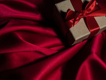 Обернутая винтажная подарочная коробка скопируйте космос Стоковые Изображения