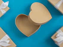 Обернутая винтажная подарочная коробка скопируйте космос Стоковое Фото