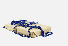 Обернутая подарочная коробка рождества на белой предпосылке Стоковое фото RF