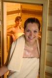 обернутые женщины полотенца 2 sauna Стоковое Изображение