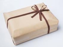 Обернутые коробка подарка и натянутый лук Стоковое Изображение
