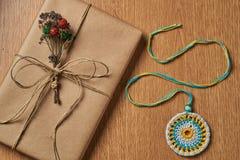 Обернутые подарок и медальон Стоковое Фото
