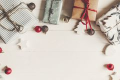 Обернутые присутствующие коробки с орнаментами на белой деревянной предпосылке Стоковое Изображение