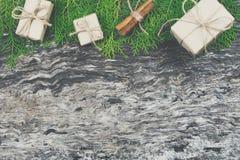 Обернутые handmade подарочные коробки коричневого цвета бумаги ремесла с лентой b веревочки Стоковая Фотография RF