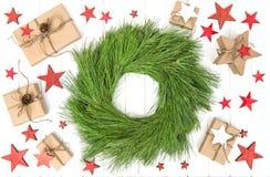 Обернутый венок зеленого цвета украшения рождества подарков Стоковое Изображение RF