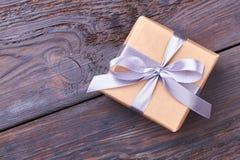 обернутый подарок коробки смычка Стоковые Фотографии RF