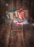 2 обернутых подарка на деревянной предпосылке Стоковое фото RF