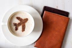 Обеспечение полетов обеспечивает кофе Чашка кофе с украшением воздушных судн циннамона форменных Стоковые Изображения RF