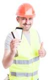 Обеспеченная концепция оплаты при построитель держа кредитную карточку Стоковые Изображения