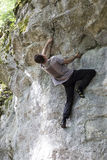 обеспеченность веревочки в 10 сколько угодно взбираясь опасная высокая метров человека, котор нужно покрыть вверх по очень стене  Стоковые Фотографии RF