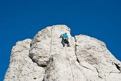 обеспеченность веревочки в 10 сколько угодно взбираясь опасная высокая метров человека, котор нужно покрыть вверх по очень стене  Стоковое Изображение RF
