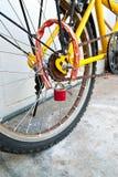 обеспеченность замка велосипеда стоковое фото