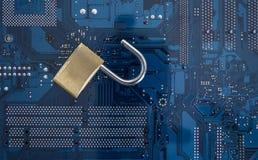 обеспеченность обработчика бизнесмена изолированная компьютером стоя бела Стоковое фото RF