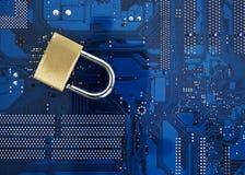 обеспеченность обработчика бизнесмена изолированная компьютером стоя бела Стоковые Фотографии RF