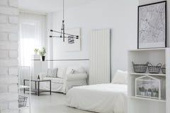 Обеспеченный белый интерьер спальни Стоковая Фотография RF