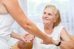 Обеспечивать заботу для пожилых людей Стоковые Фото