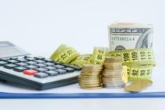 Обеспечьте вашу концепцию сбережений с замком и деньгами шифра Стоковые Фото