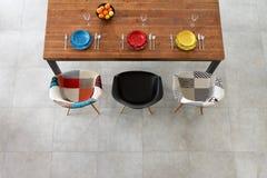 Обедать плиты фарфора деревянного стола и цвета Стоковое Фото