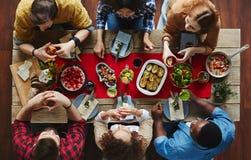 Обедать друзья стоковое фото rf