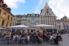 Обедающие наслаждаясь их на воздухе обедая опытом рядом с фондовой биржей Vieille Ла Стоковая Фотография RF