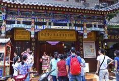 Обедающие Queue вне известного ресторана вареника супа, XI `, Китай Стоковые Изображения RF