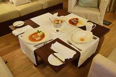 Обедающий гостиничного сервиса в номере в гостинице стоковая фотография